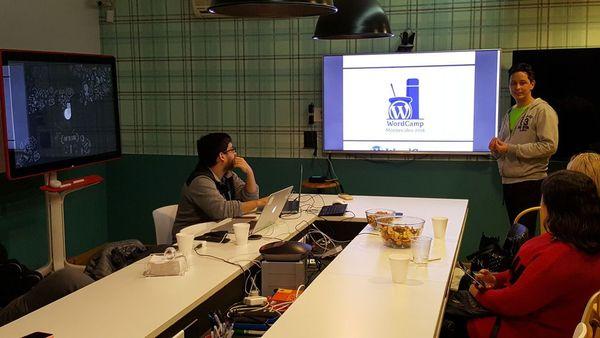 Yo presentando la propuesta de logo y mascota para la WordCamp Montevideo 2018